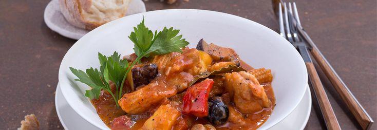 Muslos de pollo estofados con verduras en salsa de soja con tomate