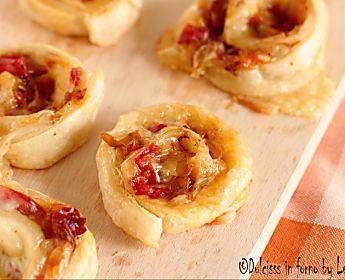 Girelle ai peperoni e scamorza di pasta sfoglia