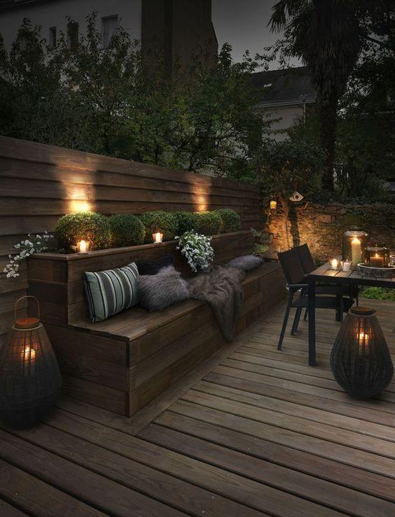 terrasse en bois avec banc intégré et ambiance chaleureuse avec des bougies