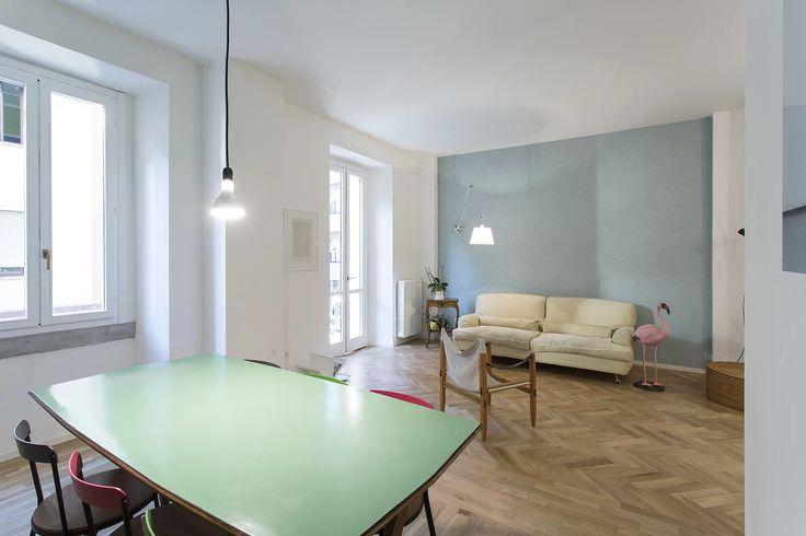 L'appartamento per una giovane coppia con due bambini ristrutturato con nuove finiture tra ironia, tocchi di colore e carta da parati.