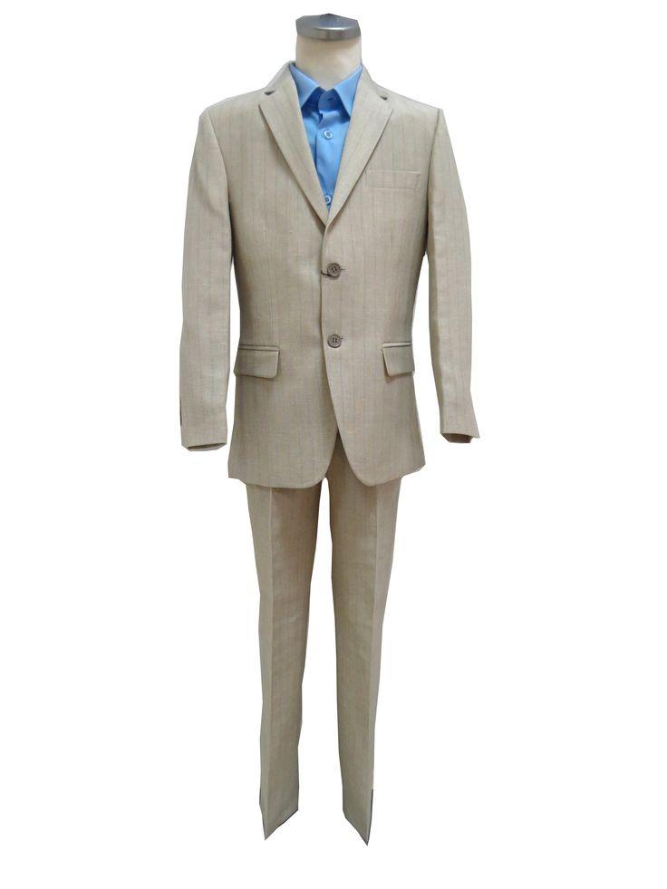 Beige linnen bruidsjongen pak, bestaat uit een mooie smalle broek met recht pijp en een jasje (italiaans model). Jasje met 2 knopen en 2 splitten achter. In de stof van het pak zit een dunne blauwe streep doorheen.