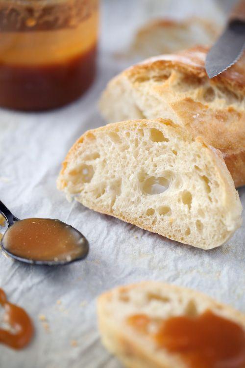 pain-sans-petrissage chez Chef Nini :: J'aurais du laisser mon pain cuire un peu plus longtemps et ajouter un peu plus de sel mais sinon, extra!!