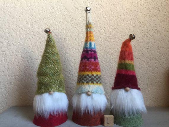 Questi ragazzi sono un must-have per dare del regalo e decorazione di Natale! Ho realizzato a mano e cucite ognuna con amore. I cappelli sono cuciti da una spessa ridefinita, fair isle in feltro lana dagnello, un feltro verde muschio lavorazioni e un maglione di angora a strisce colorate, cucita a mano con filo da ricamo. Ogni personalità prende vita attraverso loro cappotti feltro lungo colorati e coordinamento, warm wooly cappelli e barbe di morbida pelliccia bianco brillante. I loro…