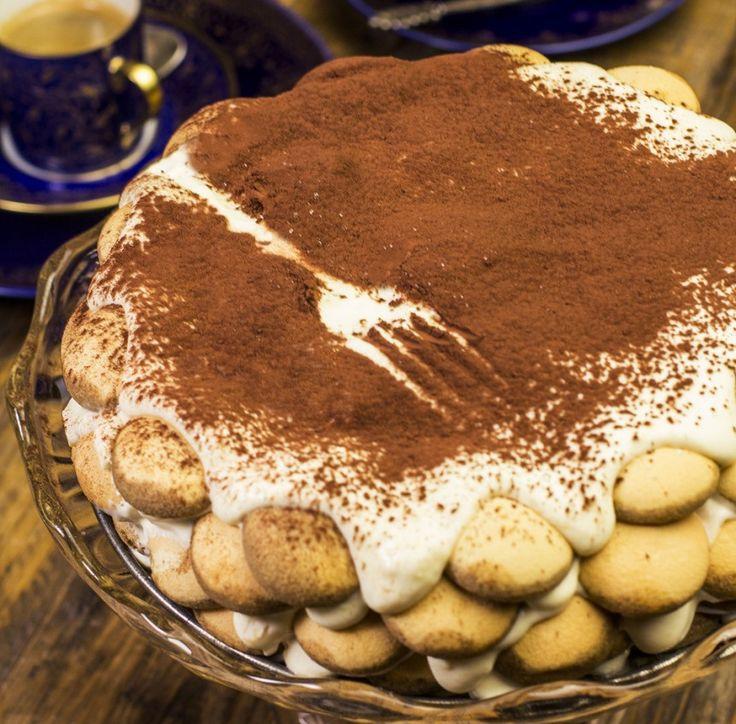 Tiramisu torta Mennyei desszertek november 3, 2014 Az a legnagyobb gond a Tiramisuval, hogy nem lehet abbahagyni. Sajnos imádjuk... Ez egy valóban veszélyes műfaj. Nyomtasd ki Hozzávalók 2 doboz (50 dkg) mascarpone 1/2 ek. Update1 Zero 3 csomag Update1 piskóta 3 tojás 2 dl kávé 1 ek kakaópor 2 cs. Update1 Vanilla Sweet 1/2 dlFolytatás
