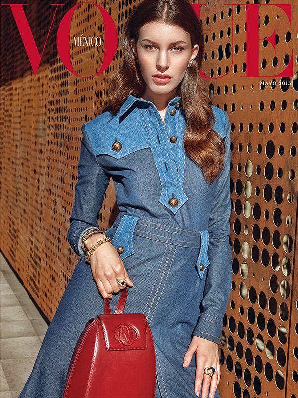 Te revelamos una nueva imagen de Vogue México que llega para celebrar la feminidad en el mes de mayo. Nuestra top de portada @katekingg luce un un vestido de @gucci, aretes de @danielanorinderjewels, cuff de @chanelofficial, brazalete y anillos de #IsabelMartinez, y bolso de @cartier. | #MartinLidell @valecollado