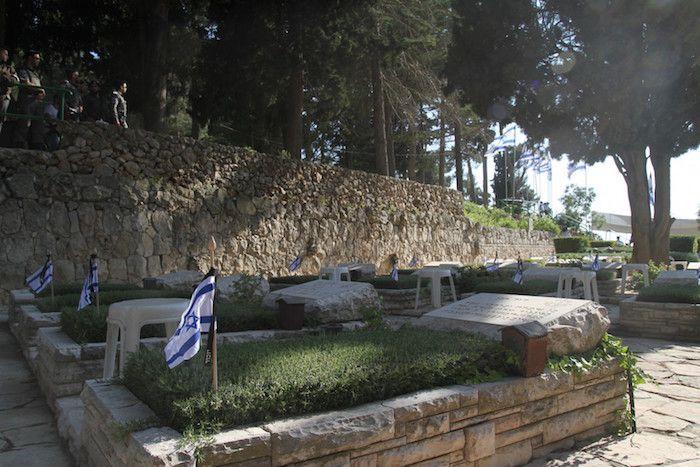 Dia de luto em Israel pelos seus soldados mortos pelo terrorismo. O Dia do Memorial em Lembrança dos Soldados Mortos de Israel e das Vítimas do Terrorismo (Yom Hazicaron) começou com um minuto de silêncio em todo o Israel às 8 da noite em ponto, na noite de terça-feira, 10/5. Sirenes que soaram por todo…