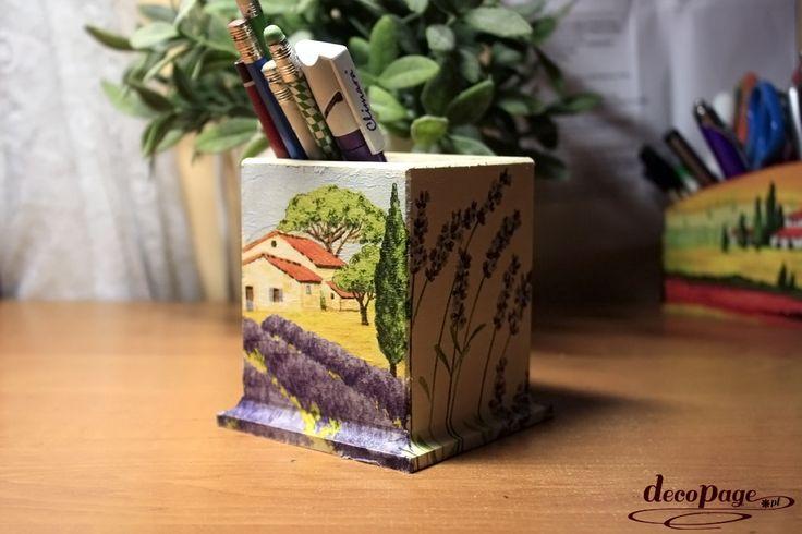 Pojemnik na długopisy z lawendą i prowansalską chatką zabierze nas do południowo wschodniej Francji. Doskonały pomysł na oswojenie miejsca pracy i nauki.