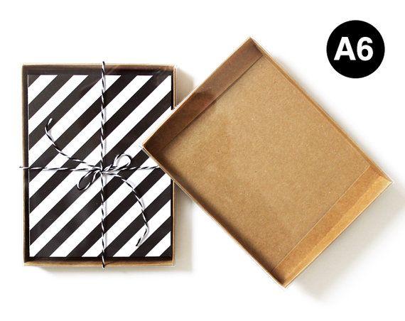 Kraft Box Bottoms Oberteilen klar Deckel zu zeigen, Ihre Karten oder anderen Bestandteilen. Gut geeignet für Versand und anzeigen, Grußkarten und Umschläge. Perfekt für Retail Verpackung anzeigen!  Größe: 4 7/8 x 5/8 x 6 3/4  perfekt für A6 Karten und Umschläge Listing ist für eine Gruppe von 25 Boxen (25 Kraft Box Bottoms und 25 klar Box Deckel) zweiteilige Grußkarte-Boxen sind ideal für Grußkarten oder Fotografien. Boxen und Deckel versenden und speichern flache Lagerung und Versandkosten…