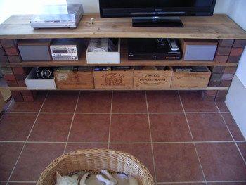収納に木の箱をプラスすればおしゃれに片付きます。リモコンやDVDなどをスッキリ収納♪