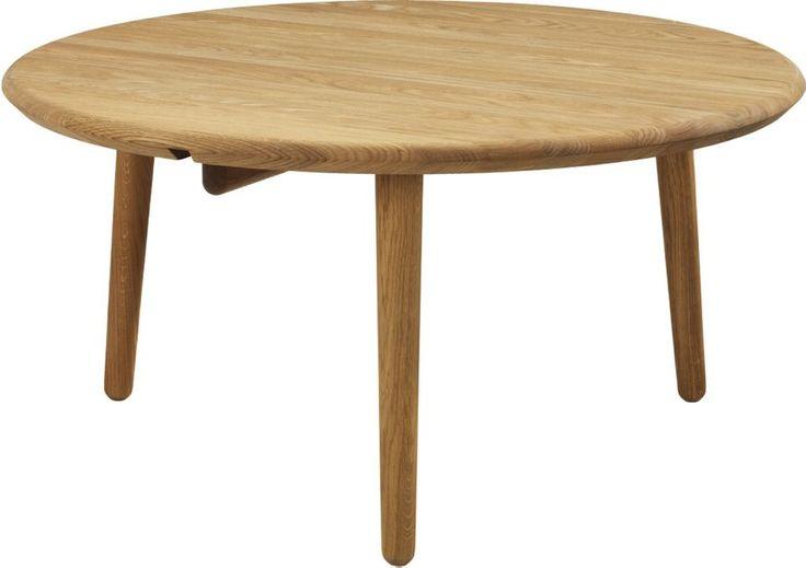 Norrgavels Svanenmärkta runda Soffbord trä kommer i två storlekar och är gjort i massiv tung ek. Benens infästning sker direkt i bordsskivan.
