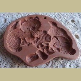 Keramieke koekjes / chocolade /knutsel mal, jonge poesjes     Te gebruiken voor diverse bak en creatieve doeleinden.Bijv. koekjes, chocolade, bijenwas, papier, klei etc.... Met ophang gaatje.Gemerkt: Cotton Press.16 cm x 12 cm x 1,5 cm.In een zeer goede staat.