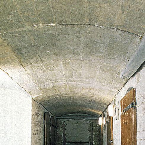 Bei gewölbten Kellerdecken sind statt Dämmplatten Dämmstoff-Lamellen praktisch, die sich der Rundung anpassen. Steinwolle verbessert den Wärme-, Brand- und Schallschutz.