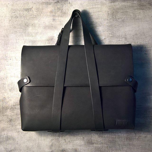 Индивидуальный заказ. Сумка, внутри одно отделение и карман на задней стенке, варианты трансформации лямка-ремня позволяет носить сумку на плече, через плечо , как рюкзак и в руках, так же увеличение объема сумки будет полезным.  Размеры: 230*330*70 мм (индивидуальный заказ по размерам 390*290*70мм.) #сумкарюкзак #сумкаизкожи #кожанаясумка #leatherbags #leatherbriefcase  #рюкзакизкожи #кожаныйрюкзак #кожа #ручнаяработа #аксессуарыизкожи #perm #пермь #leathergoods #leathercraft #leather…