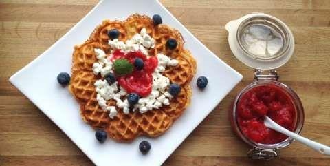 SUNNE VAFLER: Server med cottage cheese, rørte bringebær og blåbær. FOTO: Linda Stuhaug