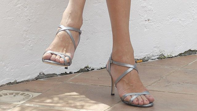 10 Of The Hottest Female Celebs With Big Feet | TheRichest