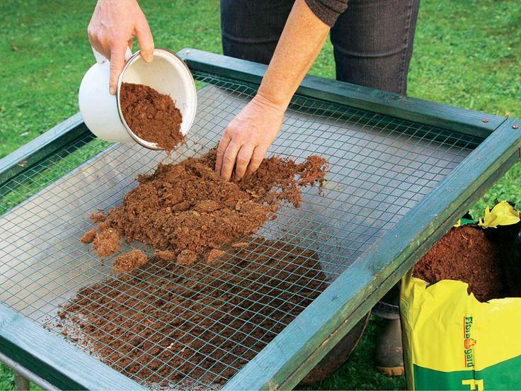 Mischen Sie nun aus zwei Teilen Zement, drei Teilen Sand und einem Teil Torf den Beton zunächst trocken an. Der Torf muss durch ein Kompostsieb dazugegeben werden, damit keine größeren Brocken in die Mischung gelangen