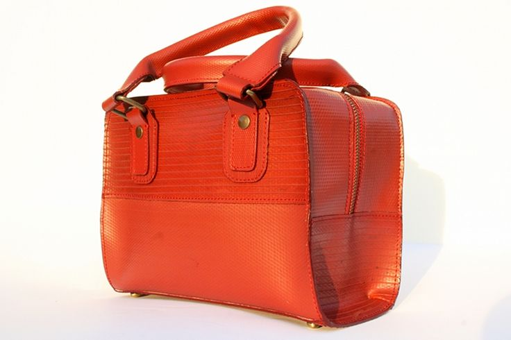 The Elvis & Kresse box bag is made from genuine decommissioned fire-hose. The box bag has an inside zip pocket and a hot orange lining made from reclaimed parachute silk.