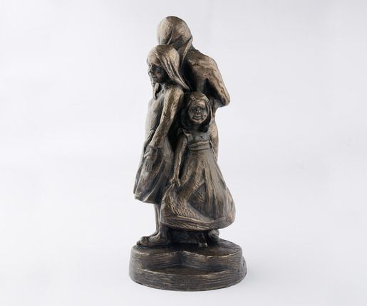 """Estações (mulheres). Bronze fundido. Virgil Oertle. Diz o escultor: """"Meu trabalho gira em torno de pessoas e do que significa ser humano. Nossas experiências nos fazem quem somos, e meu trabalho procura retratar em escultura essas experiências."""""""