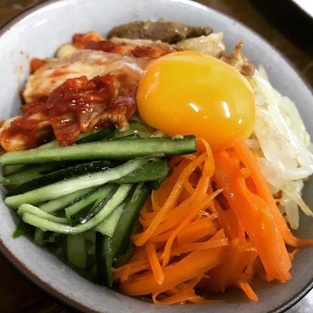 今日はビビンバ丼🤔🖤 ココ最近私作りすぎー(笑) #ビビンバ丼#もやし#きゅうり #にんじん#キムチ#黄身#肉 #ビビンバ#おウチゴハン #晩御飯#夜ご飯#混ぜ混ぜ #韓国#料理#ナムル#💓#❤