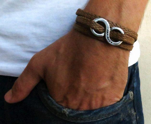 op zoek naar een cadeau voor je man? Je hebt het perfecte object gevonden voor dit!   De eenvoudige en mooie armband combineert bruine stof die wrap 3 keer bij de hand en een verzilverde oneindig...