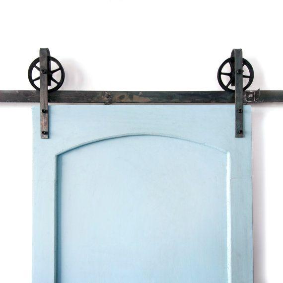 Dies ist ein schönes 5-8ft Vintage Stahl Rutschen Scheunentor Hardware-Satz. In den USA aus hochwertigem Stahl hergestellt. (Lebenslange Garantie) Enthält: (1) Track - 2 breit (2) Rollen - 5 1/2 Durchmesser, 1 Tiefe (4) Wand-Abstandshalter (2) Türfeststeller (1) Boden-Guide Misst ca. 9 1/2 von der Unterseite des Gleises an die Spitze der Halterung. Max Tür Gewicht beträgt 190 Pfund. Dies umfasst alle Hardware benötigt, um Ihre Tür (Tür nicht inbegriffen) hängen und ist 100 % brandneue…