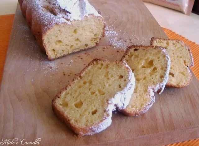 250 grammi di Ricotta 90 grammi di Zucchero 2 Uova 130 grammi di Farina 1/2 bicchiere di Olio di arachidi 8 grammi di Lievito per dolci