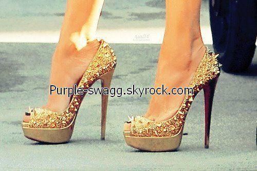 Chaussures à talon, cloutés, ouvert au bout.