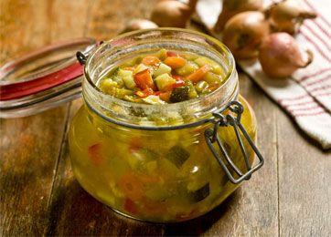 Du kan selv sylte pickles, men kom kun konserveringsmiddel i, hvis det syltede skal gemmes længe. Pickles smager godt til kødpålæg, fx hamburgerryg.