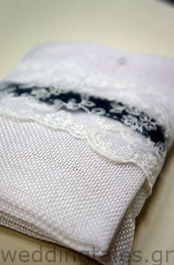 Chic wedding favor with lace detail