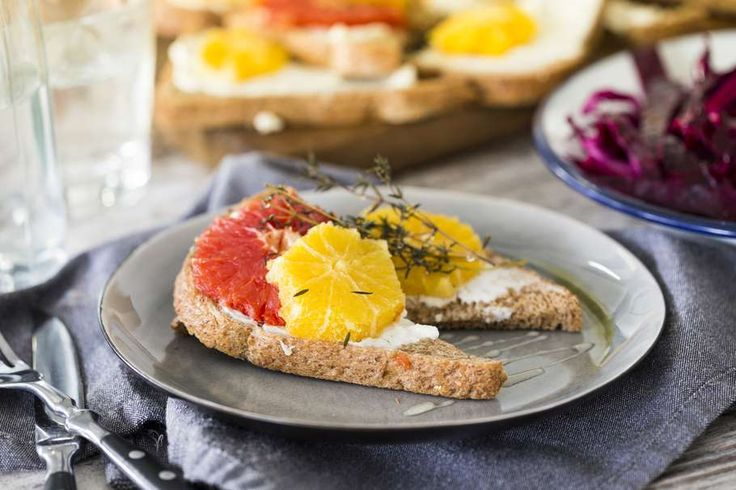 Recept voor ricotta toast voor 4 personen. Met bakpapier, ricotta, grapefruit, bruin brood, sinaasappel, tijm en honing