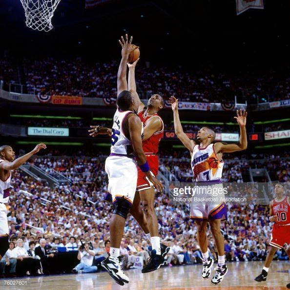 Fotografia de notícias : Bill Cartwright of the Chicago Bulls attempts a...