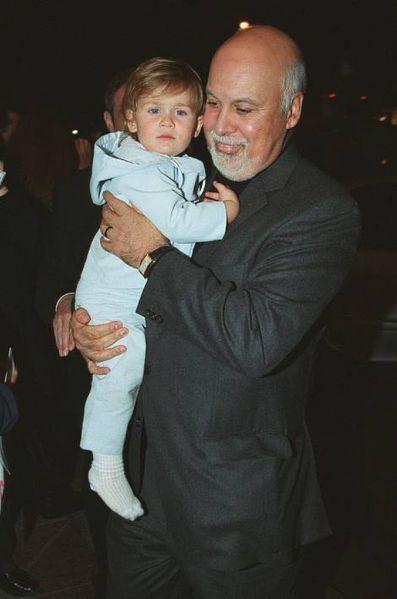 René Angélil, avec René-Charles dans les bras, en 2002