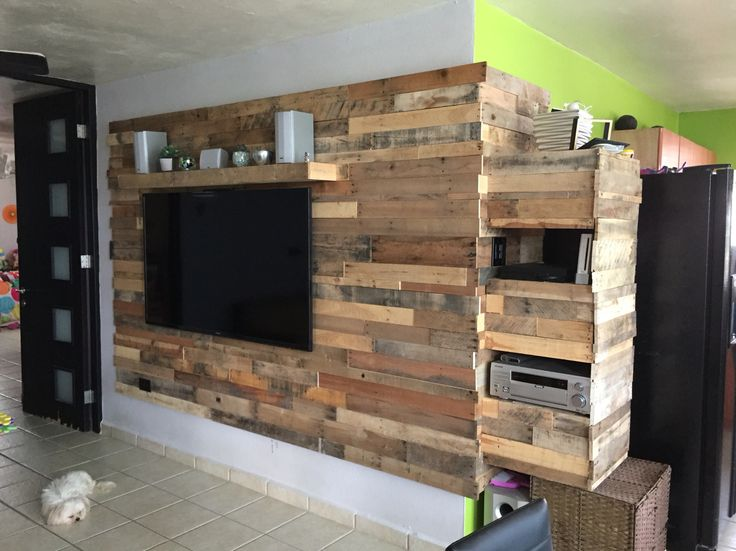 Media wall madre out of pallets