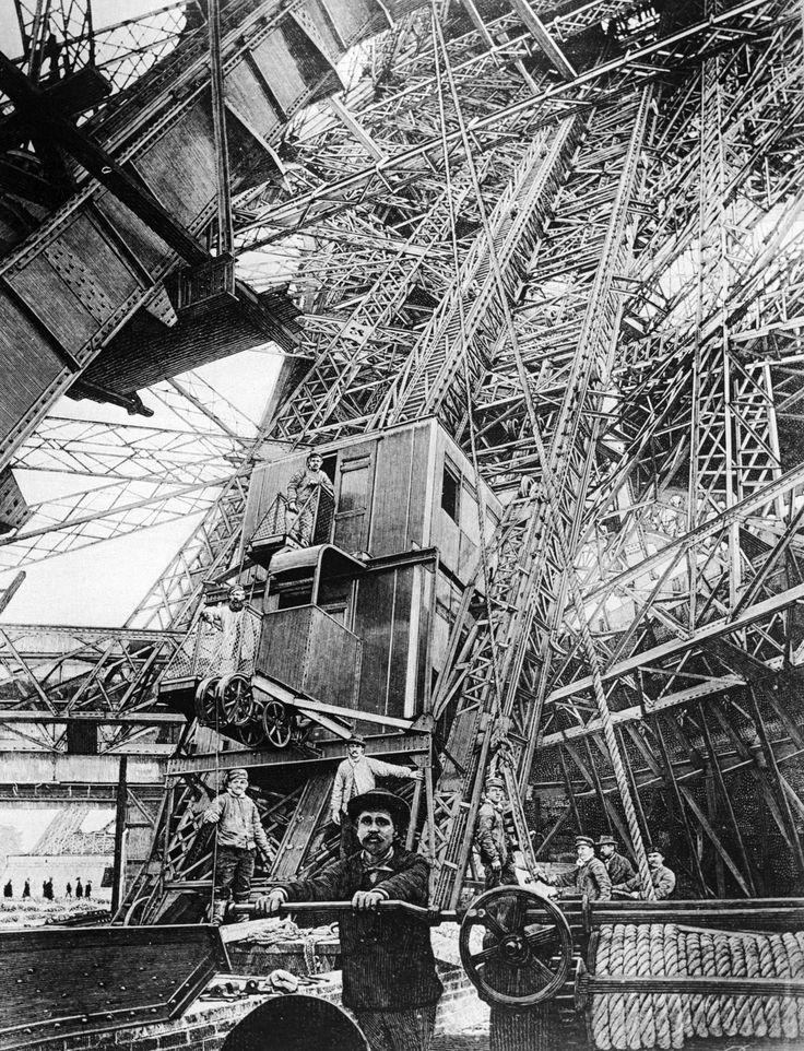 Construction de la Tour Eiffel, Paris, 1887-89.