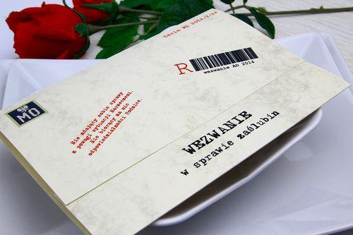 Zaproszenie ślubne stylizowane na wezwanie z epoki PRL. Koperta z nadrukiem gratis! Jest to oryginalny pomysł na zaproszenie. Twoi goście będą zaskoczeni i rozbawieni. Polecane szczególnie miłośnikom minionej epoki.