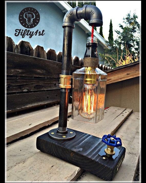¿Que no le gusta ol buena Jack? De Fifty1st es otra lámpara de mesa finos para su hogar. Diseño original, recuperada base de madera, atenuador de la válvula de agua funcional y por supuesto una botella de Jack Daniels recuperada. Calidad es todo que superar aquí en Fifty1st. ¡De nada!   Características: • Reciclado madera sólida base • Reciclado botella de whisky Jack Daniels • Vintage Edison estilo bombilla (incluida) • 1/2 de agua de latón cierre la válvula como el regulador de luz…