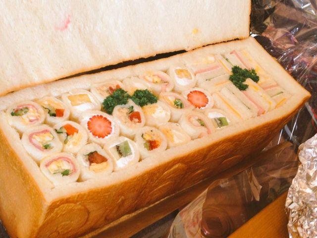 パン・シュープリーズ:食パンやカンパーニュをくりぬいて具材を詰めたサンドウィッチ