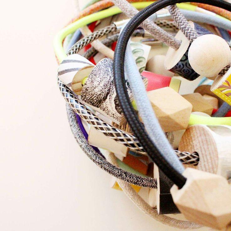 Cavo elettrico con decorazione a rete metallica! Una necklace perfetta per donne rock!