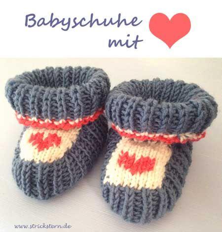 Babyschuhe stricken nach einer einfachen Anleitung - mit der Herzstickerei sind sie ein süßer Hingucker. Schönes Geschenk zur Geburt.