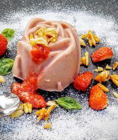 Der Frozen Erdbeerjoghurt ist besonders cremig, herrlich erfrischend und sommerlich leicht. Er ist eine ideale Erfrischung, wenn es mal wieder heiß hergeht.