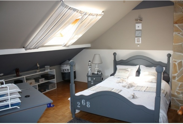 Chambre de gar on gris bleu id e rideau velux blue is for Decoration chambre mansardee garcon
