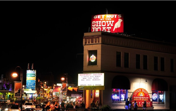 #Showboat downtown #WisconsinDells is a local favorite and has $1.50 beers on Monday nights!