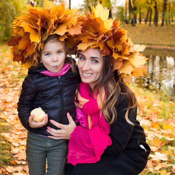 Осенняя фотосессия мамы и дочки в кленовых листьях с веночками. Family photography autumn 2015