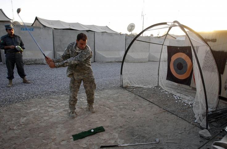 Un soldado de EE.UU. golpea una pelota de golf en un improvisado mini golf en la Base de Operaciones ANCOP en la ciudad de Kandahar, Afganistán el octubre 5 de 2010. Foto Erik de Castro / REUTERS / archivo