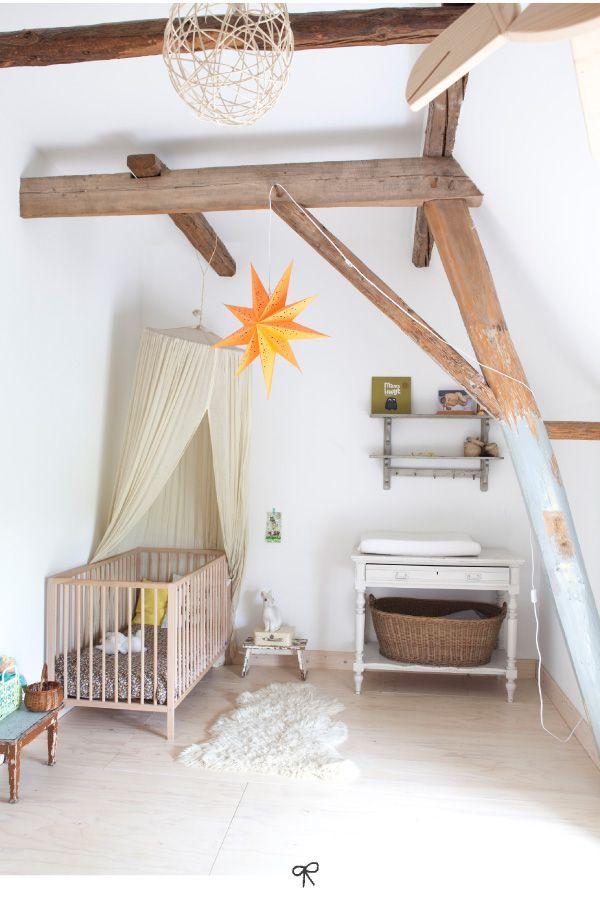 """Conseil feng shui : environnement qui ne respire pas la sérénité pour un """"sommeil de bébé"""". Toutes ces poutres pèsent sur la qualité du sommeil...."""