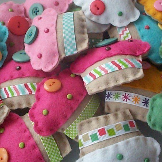 BULK BUY twelve handmade felt CUPCAKE mini por paperandstringBULK