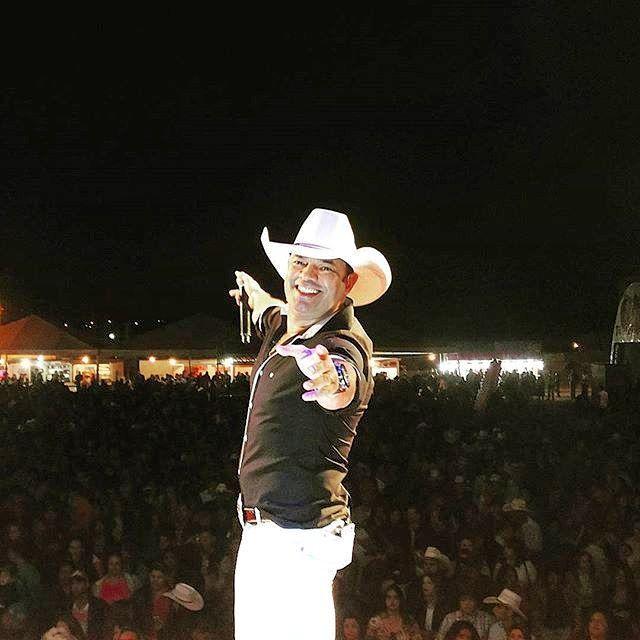 Obrigado Campo Alegre-GO! Valeu a todos que estiveram presente!! Lembrando que daqui a pouco tem Pedro Paulo e Matheus no Bamboa comemorando mais um aniversário!! Aôôô Butecooo!! www.ppem.com.br #pedropauloematheus #pedropaulo #matheus #meufavorito #compartilhe #semanappem #agendappem #todomundo #show #sertanejo #fds #instagood #instanight #countrymusic #cidades #tour2015 #campoalegre #goias #go #brasilia #df @leandroppem by informappem