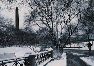"""(NY Central park) Agujas de Cleopatra (Londres)  Las Agujas de Cleopatra es el nombre anglosajón de una pareja de obeliscos ordenados esculpir por el faraón Tutmosis III, en el siglo XV a. C., y erigidos en la antigua ciudad de Iunu,  la """"Heliópolis"""" de Egipto.  Estas dos columnas están muy alejadas la una de la otra,  una esta en Londres frente al Támesis y la otra en Estados Unidos."""