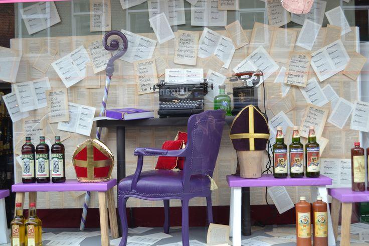 Etalage Sinterklaas zijn werkkamer! Shop window Liquor store. www.blik.nu