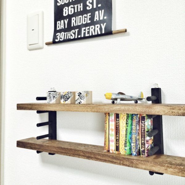 ダイソーやセリアなどの100円ショップで買えるディッシュスタンド(お皿たて)は収納に使うワザで有名ですが、壁に取り付け棚板をプラスすることでおしゃれな棚が作れるんです。ディッシュスタンドを使った棚の簡単アレンジリメイク術をご紹介します。